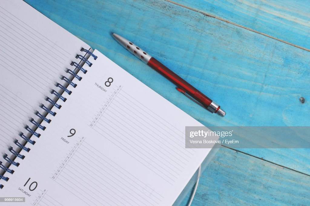Directly Above Shot Of Spiral Diary And Pen On Wooden Table : Stock-Foto