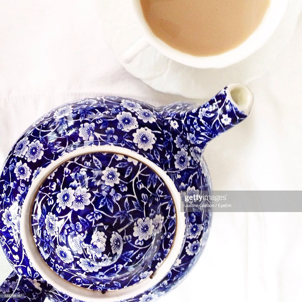 Directly Above Shot Of Teapot And Tea Cup On Table : Foto stock