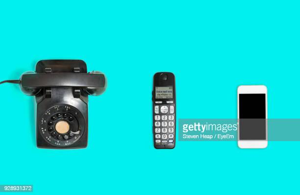 directly above shot of various phones over blue background - ontwikkeling stockfoto's en -beelden