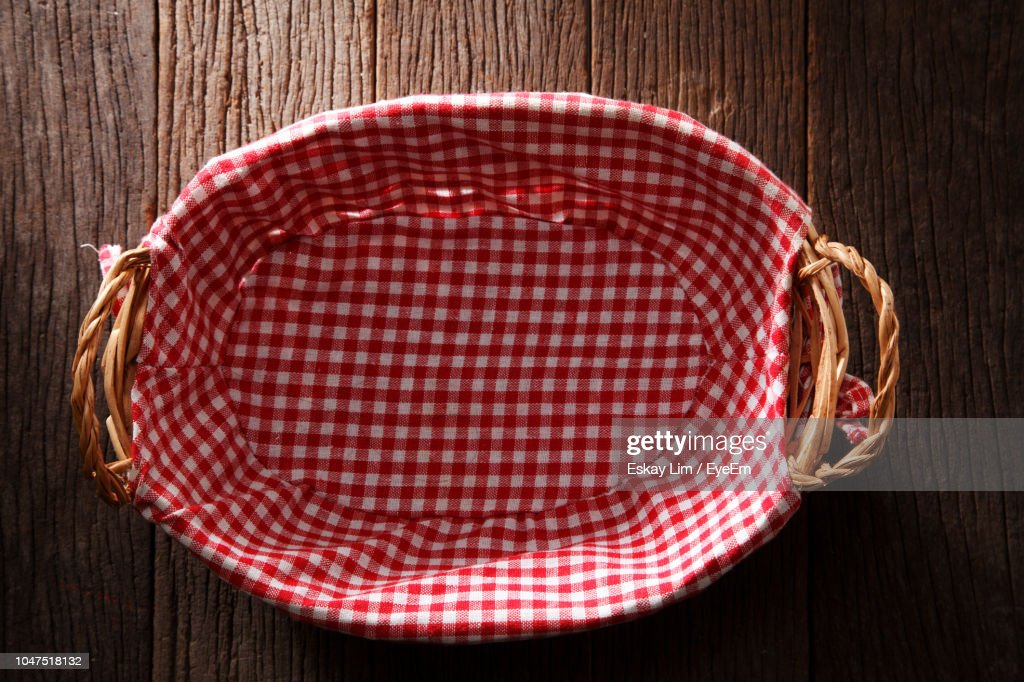 Directly Above Shot Of Wicker Basket With Napkin On Wooden Table : Foto de stock