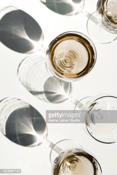 directly above shot of wineglasses on table - copa de vino fotografías e imágenes de stock