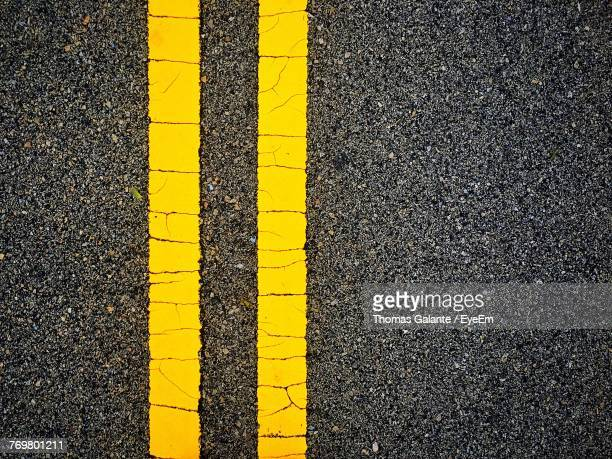 directly above shot of yellow road marking - marca de rua - fotografias e filmes do acervo
