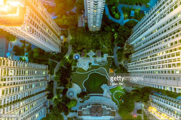 directly above the residential building - ponto de vista de drone - fotografias e filmes do acervo