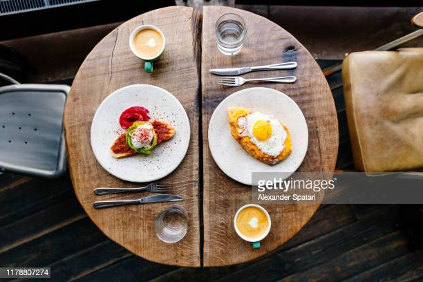 directly above view of a brunch at the cafe for two people - avocado toast stockfoto's en -beelden