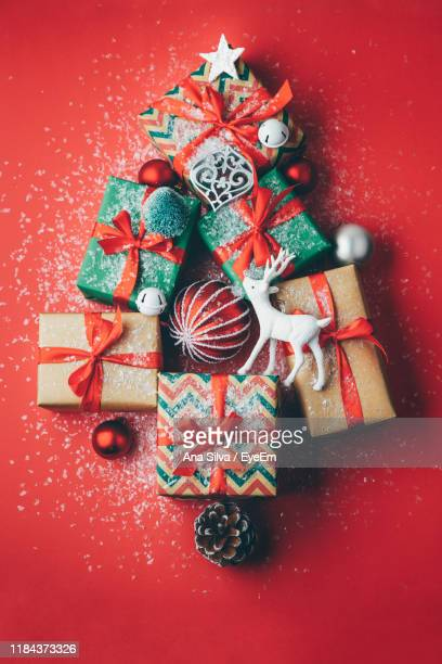 directly above view of christmas decorations and presents on table - christmas still life stock pictures, royalty-free photos & images