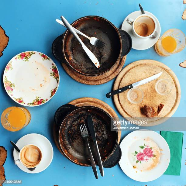 directly above view of dirty plates and dishes on the table after delicious brunch in a cafe - pan keukengereedschap stockfoto's en -beelden