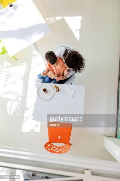 Direkt über dem Blick der Mutter mit Sohn im Café