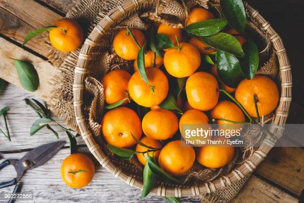 directly above view of oranges in basket on table - naranja fotografías e imágenes de stock