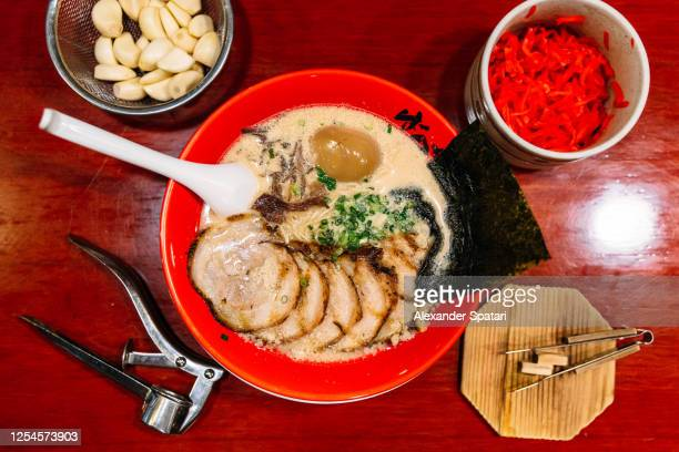 directly above view of ramen soup with pork on the table - yōshoku photos et images de collection