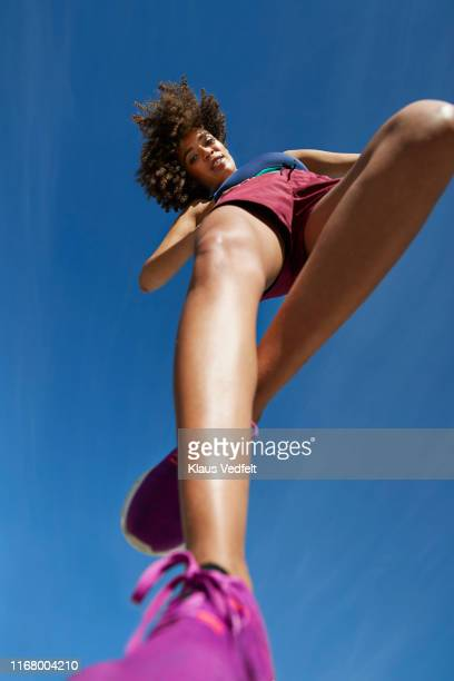 directly below portrait of sportswoman on sunny day - parte de uma série - fotografias e filmes do acervo