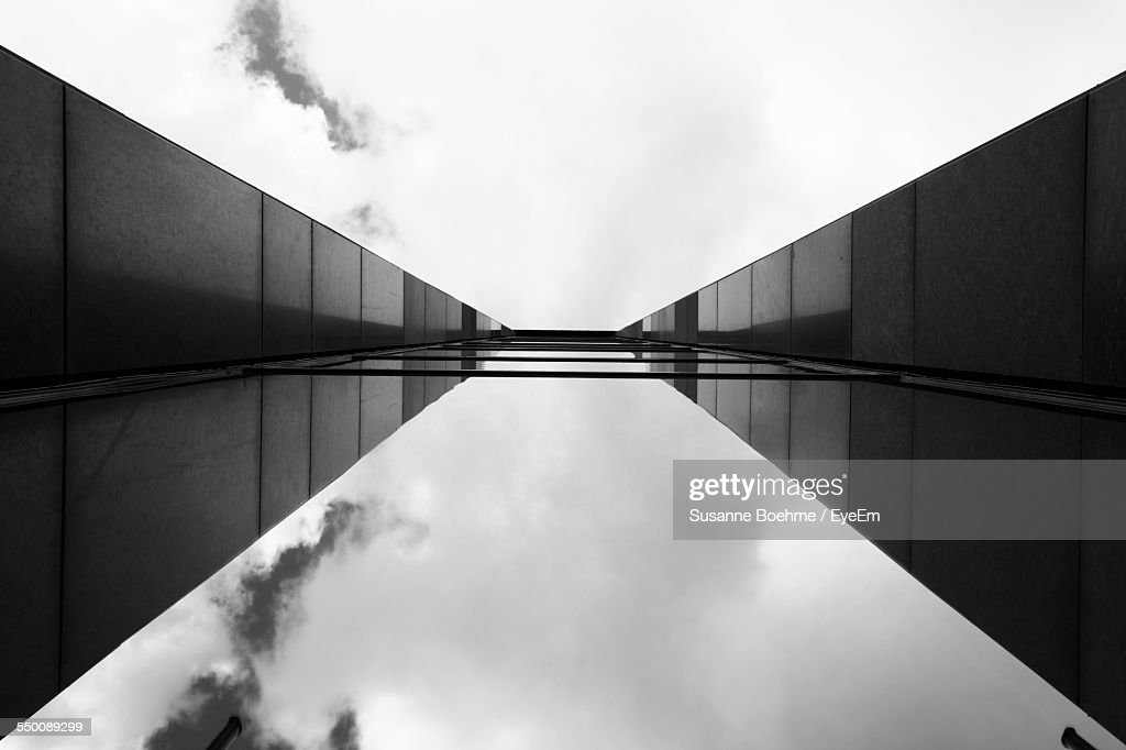 Directly Below Shot Of Glass Building Against Cloudy Sky : Stock-Foto