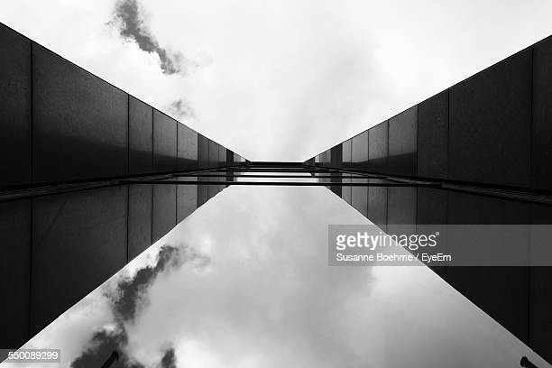 directly below shot of glass building against cloudy sky - perspectiva espacial - fotografias e filmes do acervo