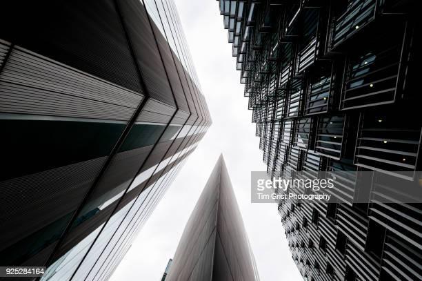 directly below shot of modern office buildings, london. - blick nach oben stock-fotos und bilder