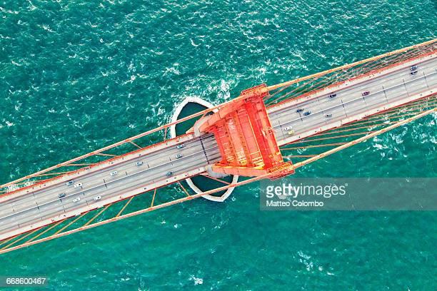 directly over golden gate bridge, san francisco - wahrzeichen stock-fotos und bilder