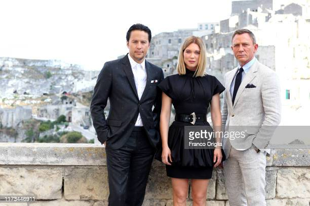 "Director Cary Joji Fukunaga actress Léa Seydoux and actor Daniel Craig pose as they arrive on set of the James Bond last movie ""No Time To Die"" on..."