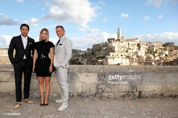 Director Cary Joji Fukunaga actress Léa Seydoux and actor Daniel Craig pose as they arrive on set of the James Bond last movie No Time To Die on...