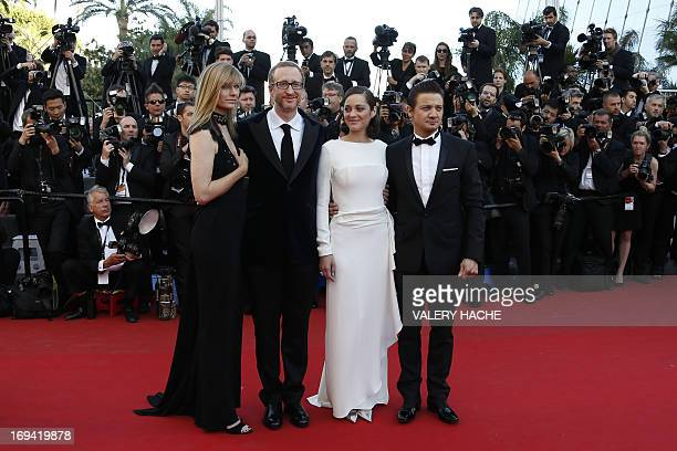 US director James Gray and his wife Alexandra Dickson French actress Marion Cotillard and US actor Jeremy Renner pose on May 24 2013 as they arrive...