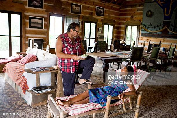 Director Julian Schnabel On Holiday In The Hamptons With His Companion Rula Jebreal Montauk dans les Hamptons 12 août 2010 le réalisateur et peintre...