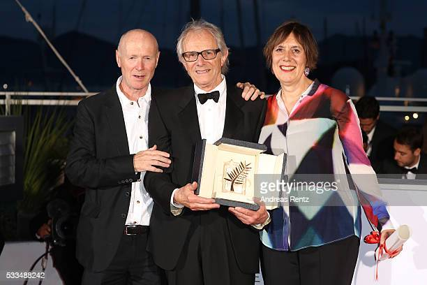 Director Ken Loach poses with The Palme d'Or for the movie 'IDaniel Blake' next to British producer Rebecca O'Brien and British screenwriter Paul...