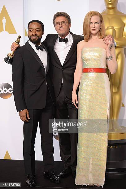 Director Pawel Pawlikowski with the award for best foreign language film for 'Ida' with actors Chiwetel Ejiofor and Nicole Kidman pose in the press...