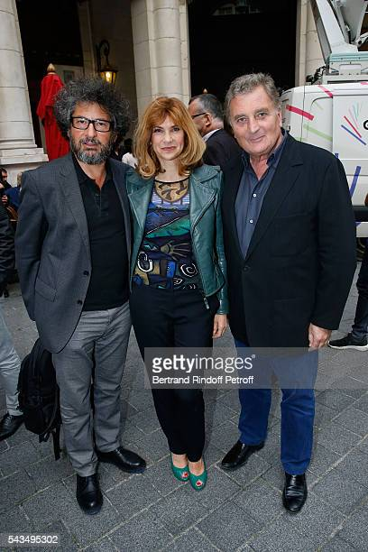 Director Radu Mihaileanu actress Florence Pernel and her husband Patrick Rotman attend Du vent dans les branches de Sassafras Theater Play Live on...
