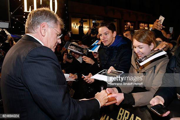 Director Robert Zemeckis signing autographs attends the 'Allied Allies' Paris Premiere at Cinema UGC Normandie on November 20 2016 in Paris France