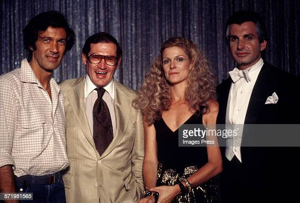 Director Stan Dragoti Producer Melvin Simon Susan Saint James and costar George Hamilton at the Love at First Bite photocall circa 1979 in New York...