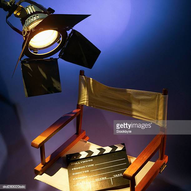 director's chair and clapperboard and spotlight - cadeira de diretor - fotografias e filmes do acervo