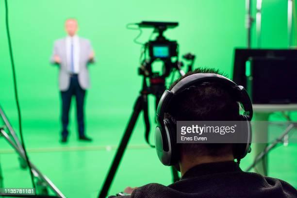 regisseure arbeiten im grünen box-studio auf backstage - film director stock-fotos und bilder