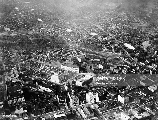 Dirigeables survolant la ville pour distribuer des tracts électoraux et ainsi éviter les embouteillages à Akron Ohio EtatsUnis le 18 novembre 1930