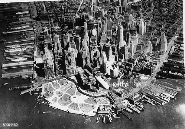 Dirigibles of the US Army over New York America Photograph Around 1935 [Zeppeline der US Armee bei einem Manver ber New York Amerika Photographie Um...