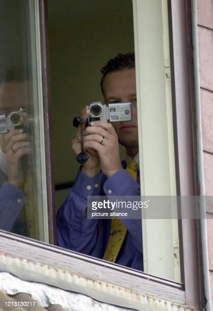 Dirk Wallert filmt am 3182000 vom Obergeschoss des Hauses seiner Eltern Renate und Werner Wallert im Göttinger Stadtteil Geismar die Rückkehr des...