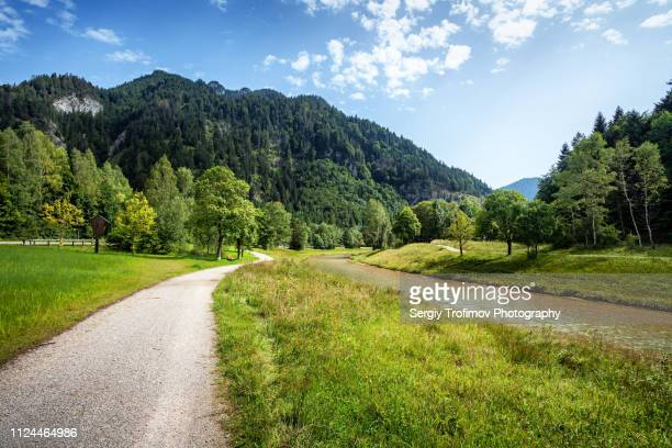 dirt road along a river, summer landscape. bavaria, germany. - weg stock-fotos und bilder