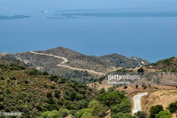 dirt road going down to hamzabükü beach in karaburun. - emreturanphoto stock-fotos und bilder