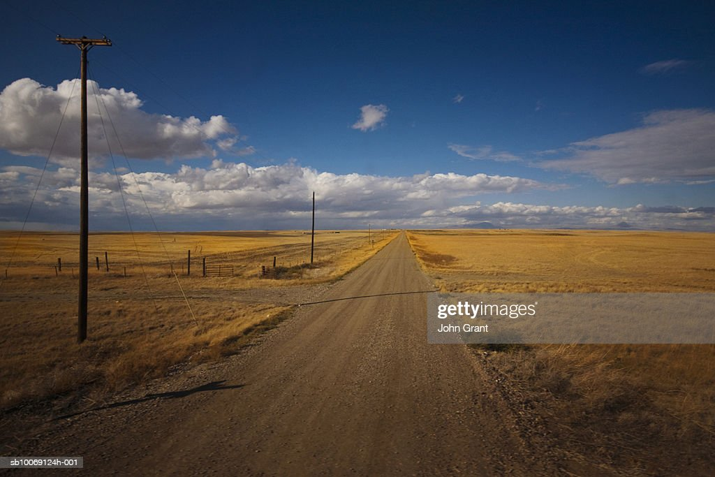 Dirt road through landscape : Stockfoto