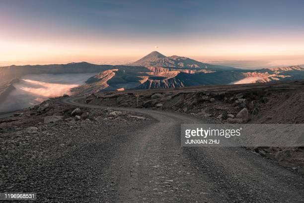 dirt road to the beautiful scenery of mount bromo of indonesia - provincia di giava orientale foto e immagini stock