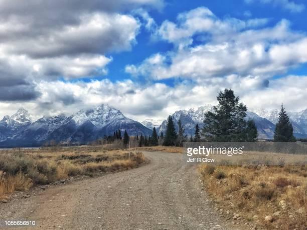 dirt road to the tetons 4 - ティトン山脈 ストックフォトと画像