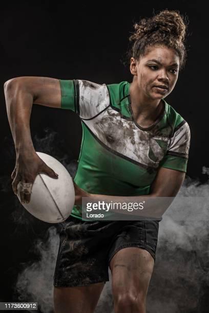 汚い女性ラグビー選手 - ラグビートーナメント ストックフォトと画像