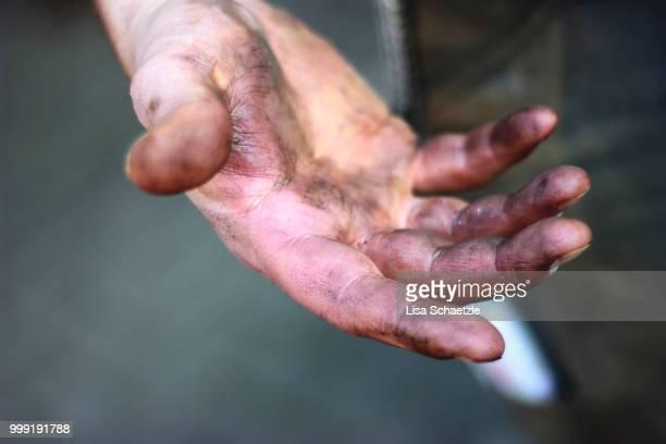 dirty hands from a construction worker - schmutzig stock-fotos und bilder