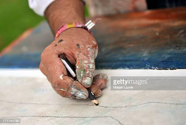 Sale peintre la main avec un crayon