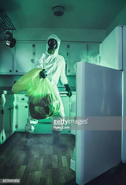 Schmutzig Kühlschrank Reinigung in Hazmat passende