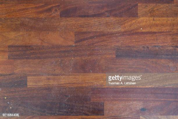 dirty wooden kitchen counter with stains and breadcrumps viewed from above. - pianale da cucina foto e immagini stock