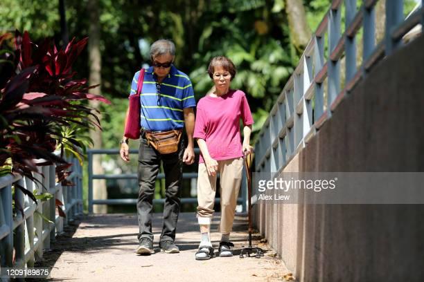 discapacidad en el parque público - pie diabetico fotografías e imágenes de stock