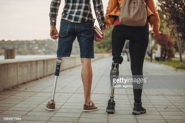 couple de personnes handicapées - discrimination photos et images de collection