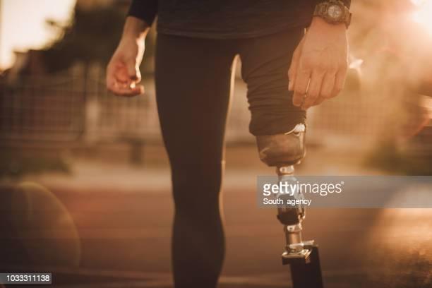 Guy d'invalidité sur la piste de course