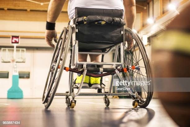 障害者のバスケット ボール選手 - スポーツ施設 ストックフォトと画像