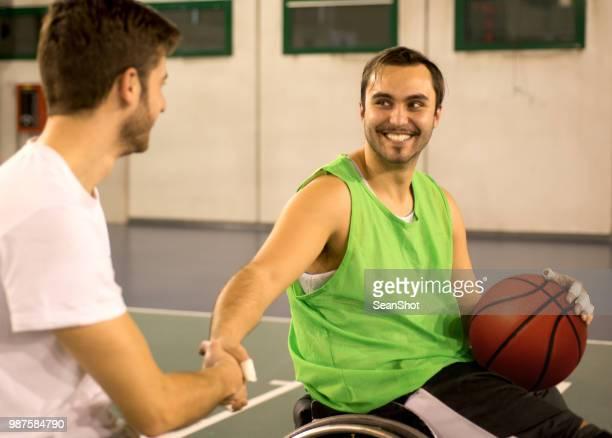 Händeschütteln Behinderte Basketball-Spieler
