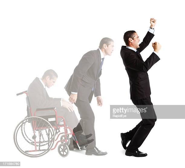 Behinderten Geschäftsmann steigt eine Zeitlang triumphierend vom Rollstuhl in Layout-Aufnahme