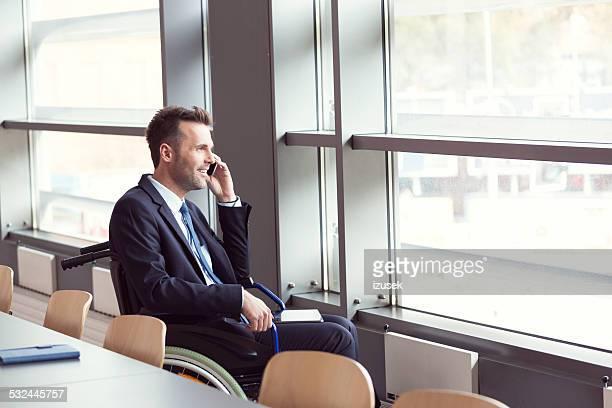 Personnes handicapées Homme d'affaires travaillant dans le bureau