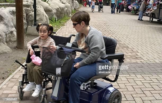 Personnes à mobilité réduite en famille au parc